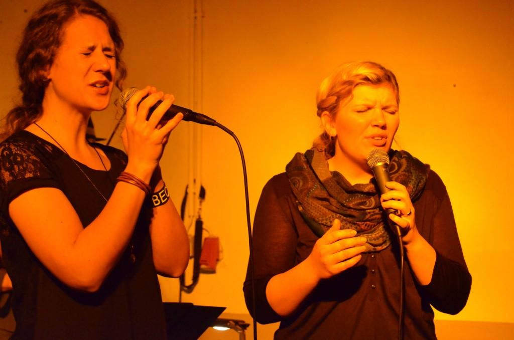 Die beiden Sängerinnen in Aktion.