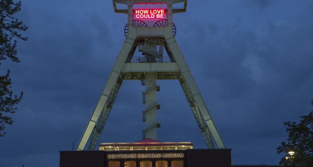Das Sommerfestival des DETROIT-PROJEKTS  mit zahlreichen Veranstaltung in Bochum läuft noch bis zum 5. Juli. Eröffnet wurde es mit der Illumination des neuen Kunstwerks von Tim Etchells auf dem Förderturm des Deutschen Bergbau-Museums.Foto: Michael Kneffel