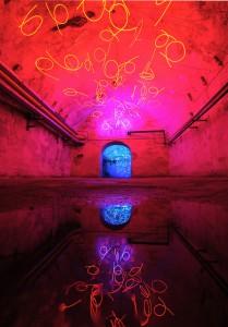 """""""Tunnel of Tears"""" ein Werk von Keith Sonnier (Sammlung des Zentrums für Internationale Lichtkunst Unna). Foto: www.frankvinken.com"""
