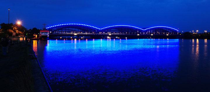 Alles wird blau - auch die Elbbrücken. Fotos: www.michaelbatz.de