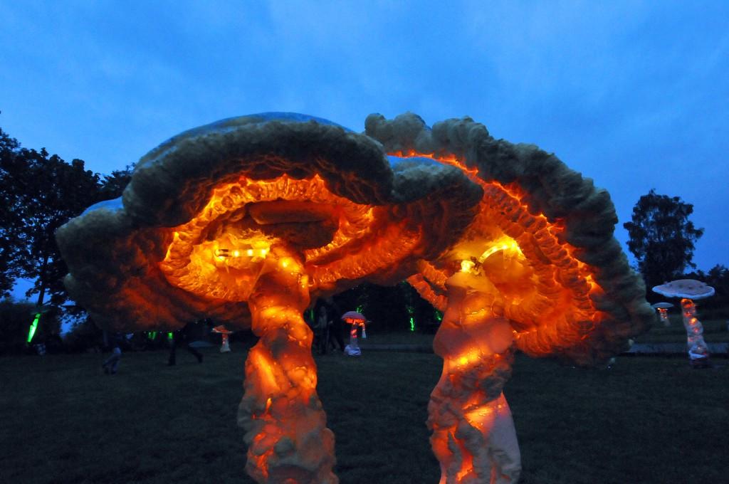 Beim Lichtpicknick sorgen leuchtende Pilzskulpturen fpr eine entspannte Atmosphäre. Foto: Jörg Rost