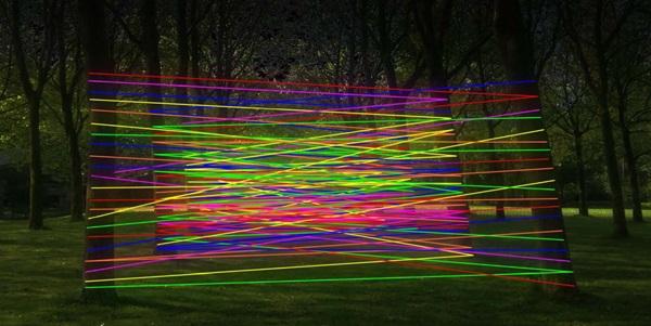strings: Wildes Geflecht aus fluoreszierenden Wollfäden zwischen statisch angeordneten Baumreihen. Foto: www.city-nord.eu