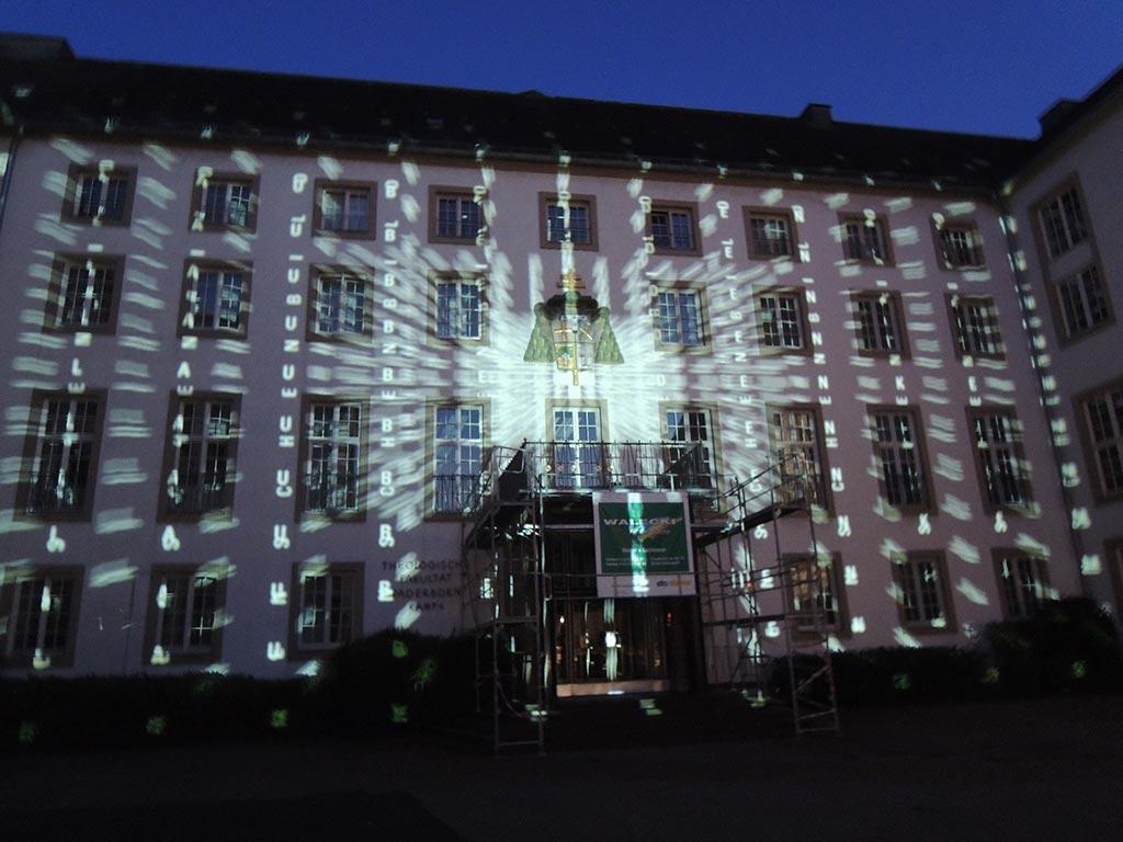 Architektur und Textur verschmelzen auch an dem Gebäude der Theologischen Fakultät in Paderborn zu einer Einheit. Foto: www.hartung-trenz.de