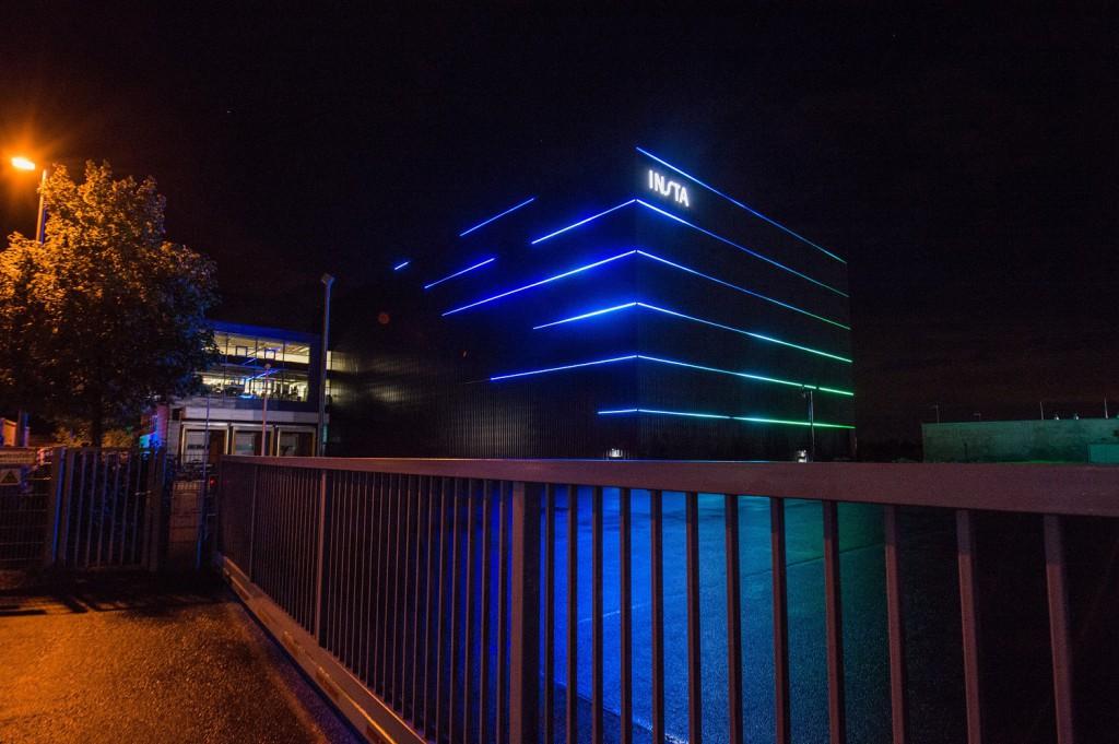 Tobias Link hat die Fassade mit sechs farblich gestalteten LED-RGB Lichtlinien zerteilt und ihr so einen besonderen Charakter verliehen. Foto: Guido Raith