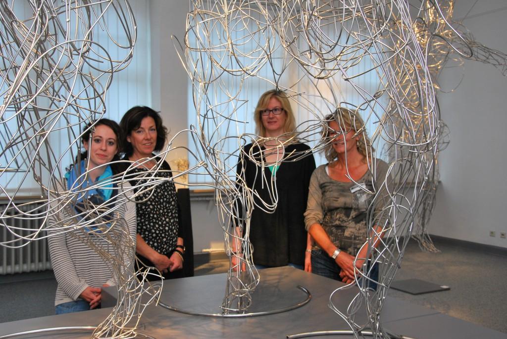 """Dunja Landi, Dr. Susanne Conzen, Dagmar Plümer und Martina Handtke (hier an einer Installation von Stefanie Welk im Altenaer Drahtmuseum) stellten die Aktionen zum """"Jahr des Lichts 2015"""" vor."""