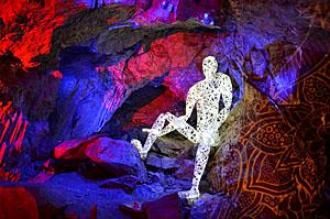Wolfgang Flammersfeld entwickelt immer wieder neue Installationen. Foto: www.dechenhoehle.de