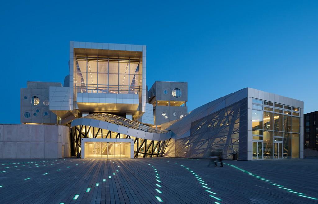 Licht aus Lüdenscheid inszeniert des Vorplatz des Musikhauses als musikalische Kunstschmiede. Foto: Duccio Malagamba, Barcelona, Spanien