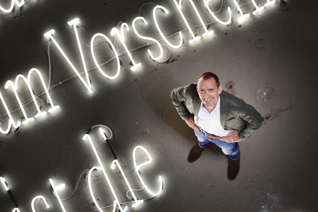 John Jaspers, Direktor des Zentrums für Internationale Lichtkunst Unna (vor der Installation des Künstlers Joseph Kosuth). Foto: www.frankvinken.com